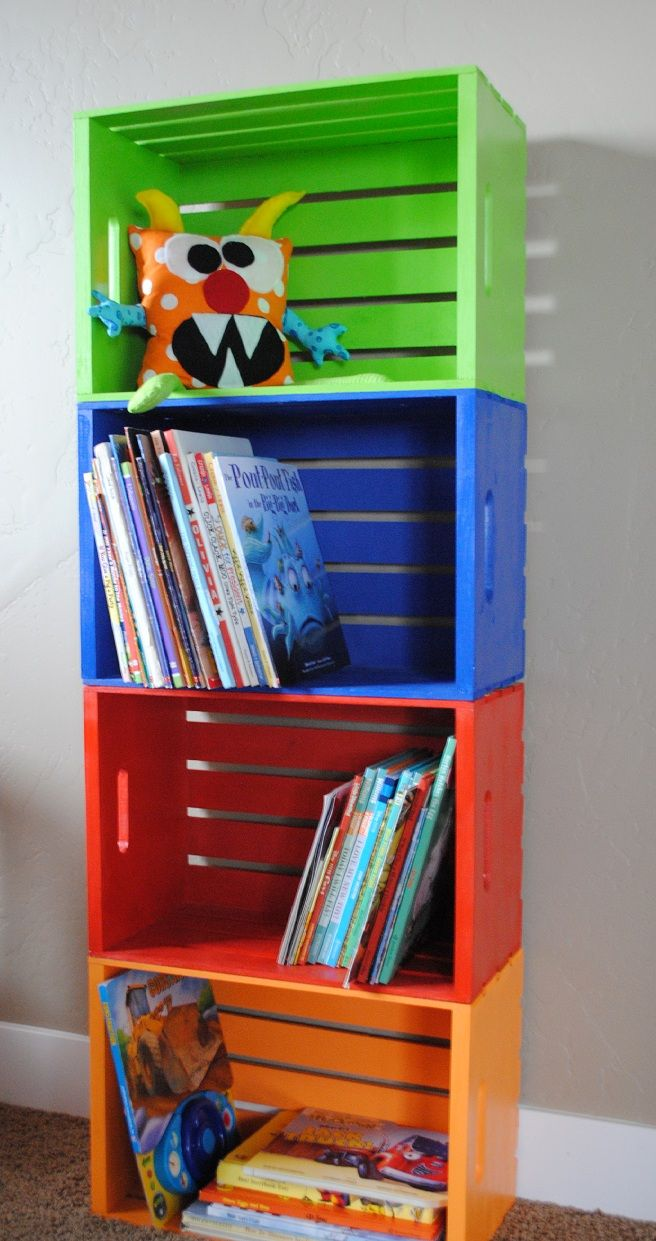 Estante para los libros y juguetes de los niños