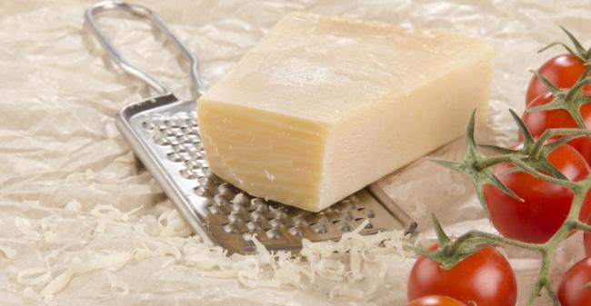 Congela el queso para que no se adhiera en el rallador