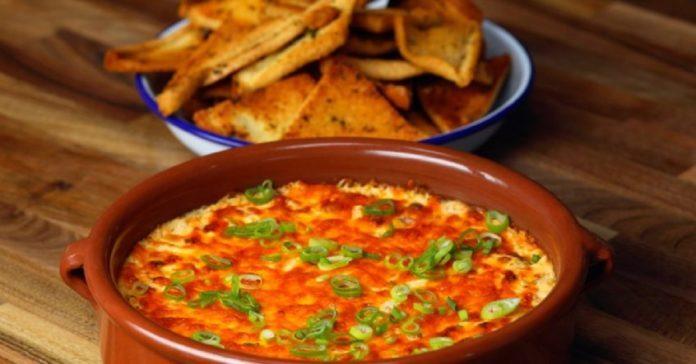 Dip de queso y tocino con chips de pan de ajo, la botana perfecta para tus fiestas